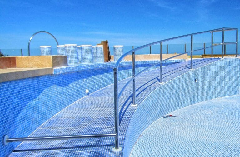 Barandilla de escaleras para piscinas realizada por Extivent