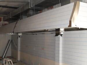 FORRO de la pared en cocinas de RESTAURANTE fabricado a medida con la forma de los pilares