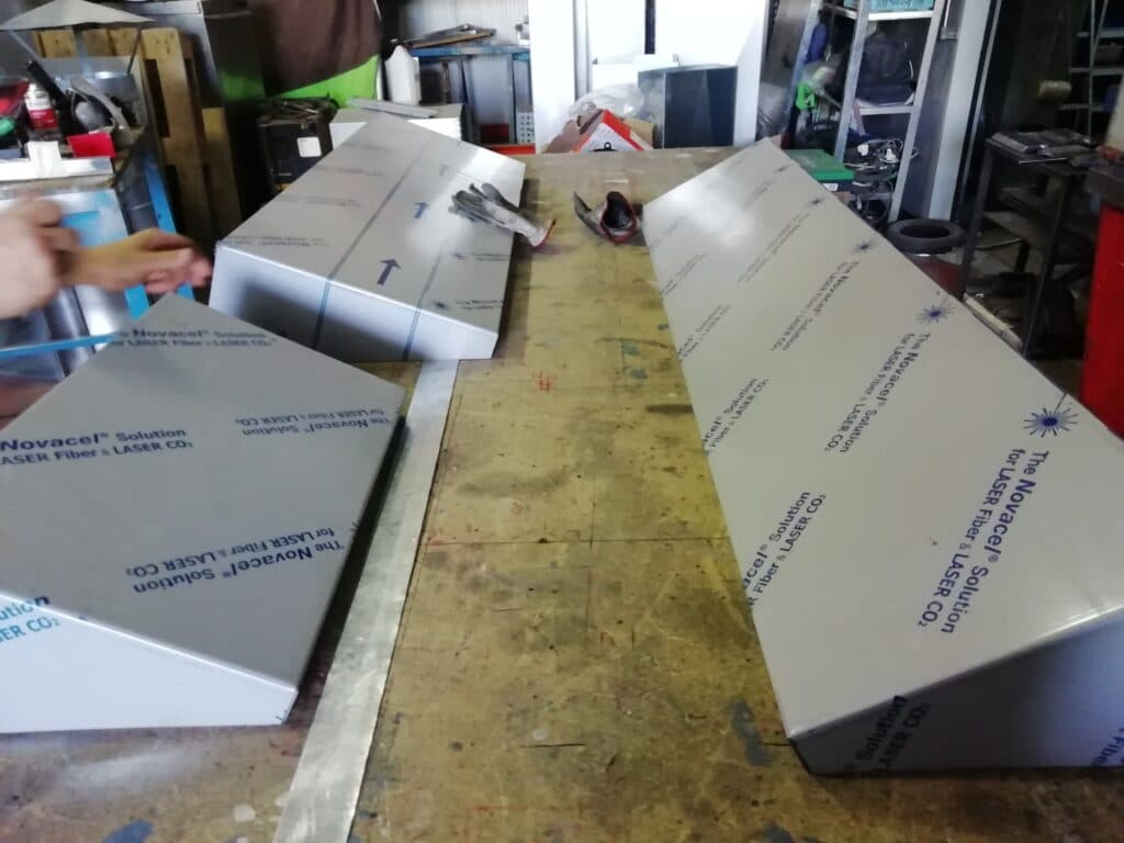 Fabricante de estanterías de acero inoxidable para cocinas de bares y restaurantes.